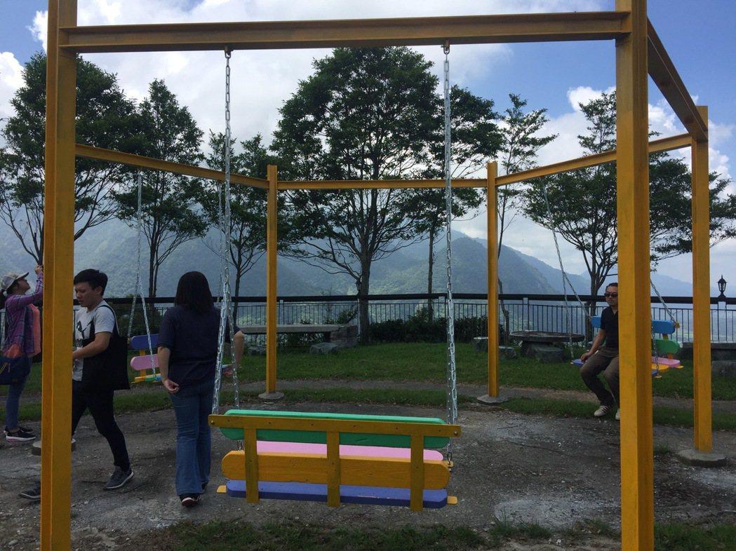 花蓮富里鄉農會在六十石山施作冰棒棍造型的秋千椅,打造趣味亮點。 圖/富里鄉農會提...