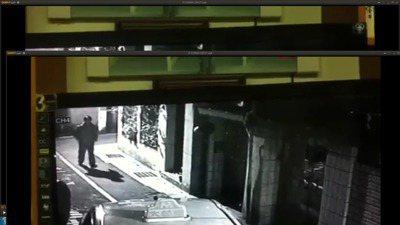 一名男子3月底尾隨單身夜歸返家女子,幸好女子父親在樓上抽煙目擊,衝下樓嚇退恐怖男...
