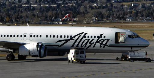 2005年阿拉斯加航空公司一架波音737客機正準備從卡加利機場起飛,其右側引擎突...