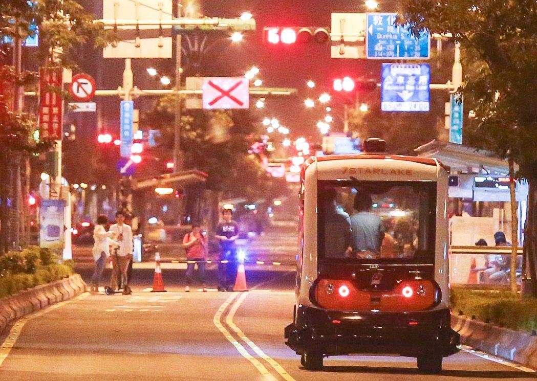 北市連5天「自動小巴實驗解密ing」,選在昨天凌晨的信義路封閉雙向公車專用道試行...