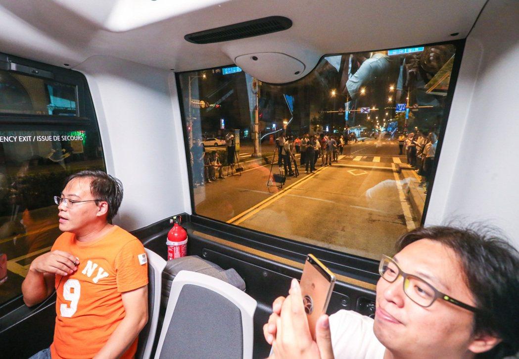 北市連5天「自動小巴實驗解密ing」,提供民眾與媒體試乘,有人拿出手機錄影紀錄難...