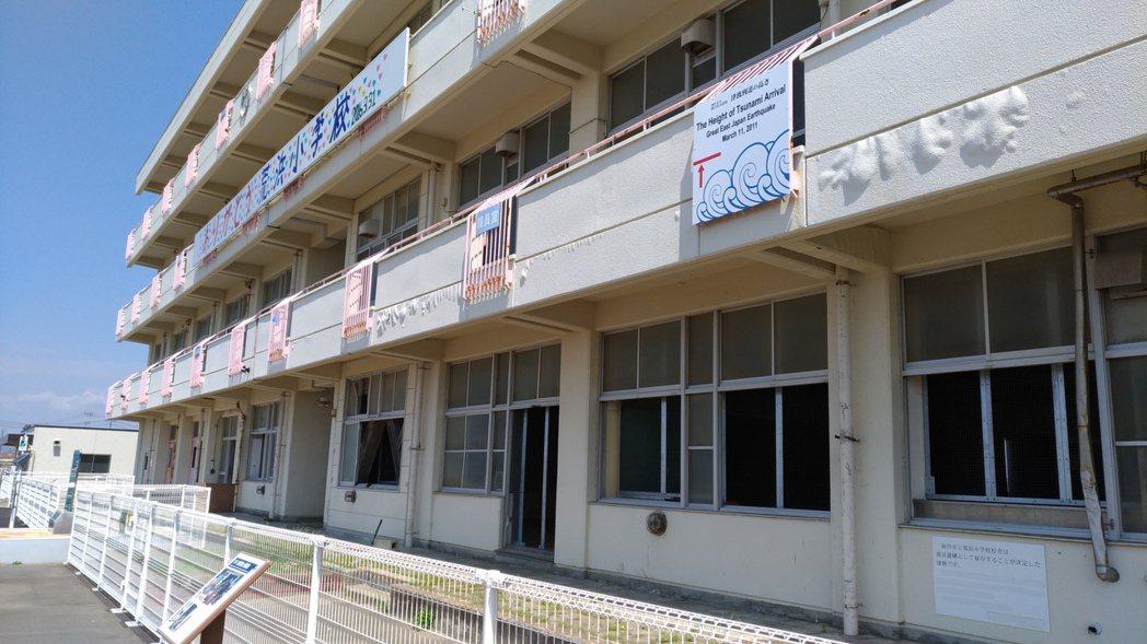 日本仙台市荒浜小學校標示出當時海嘯淹沒的高度位置。 記者楊德宜/攝影