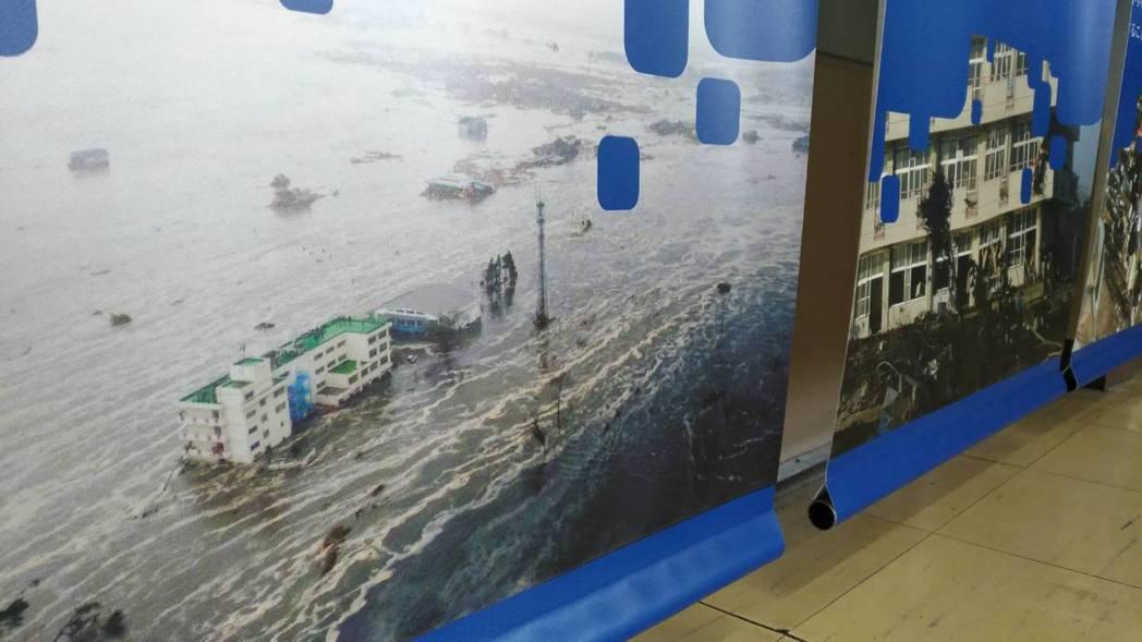 布幔呈現日本仙台市荒浜小學校陷入汪洋中的情景。 記者楊德宜/攝影