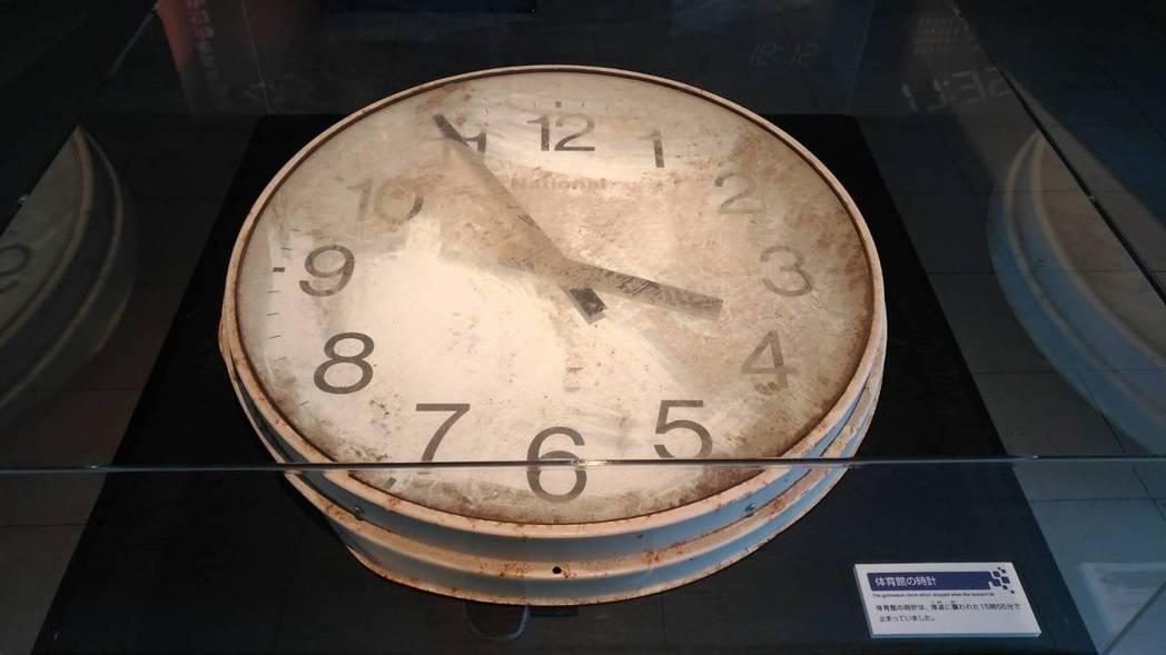 日本仙台市荒浜小學校展示的大時鐘,指針停留在海嘯抵達學校時的下午3時55分。 記...