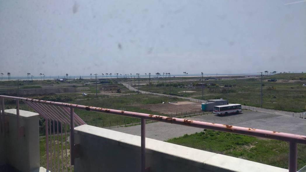 從日本仙台市荒浜小學校的頂樓眺望,周遭荒涼一片。 記者楊德宜/攝影