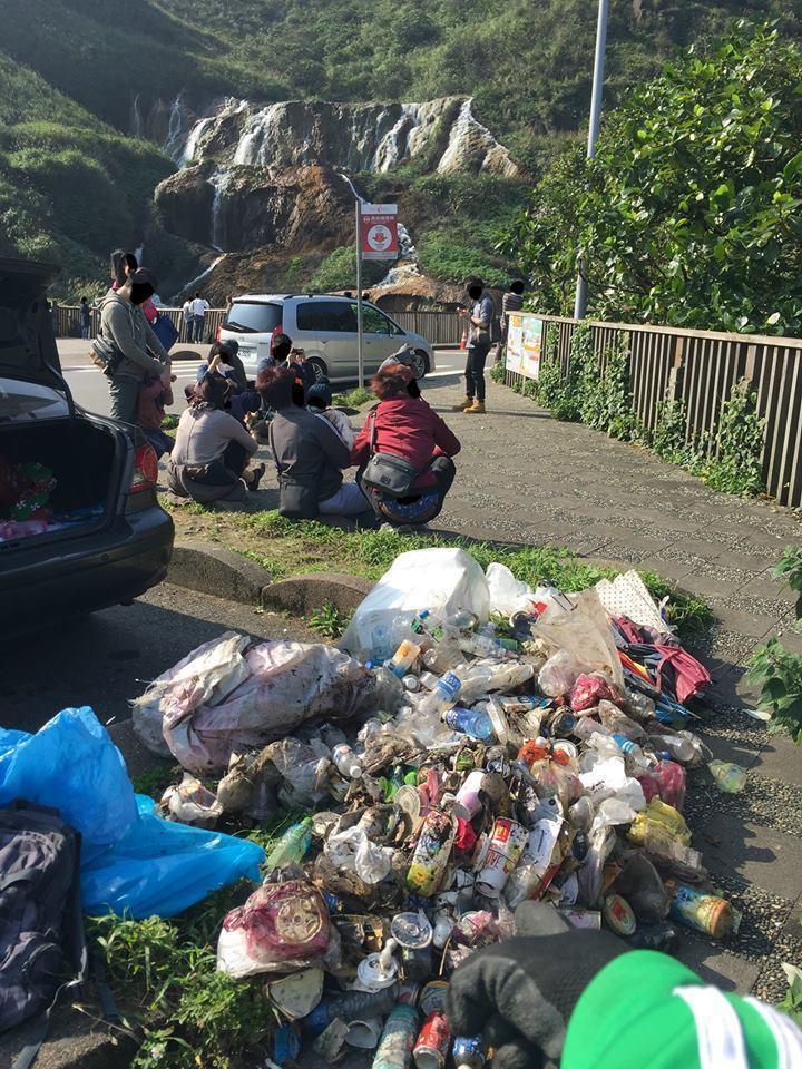 「蒙面阿諾」今年2月到九份、金瓜石淨山,撿拾好幾大袋垃圾,他感慨地寫下:「倘若您...