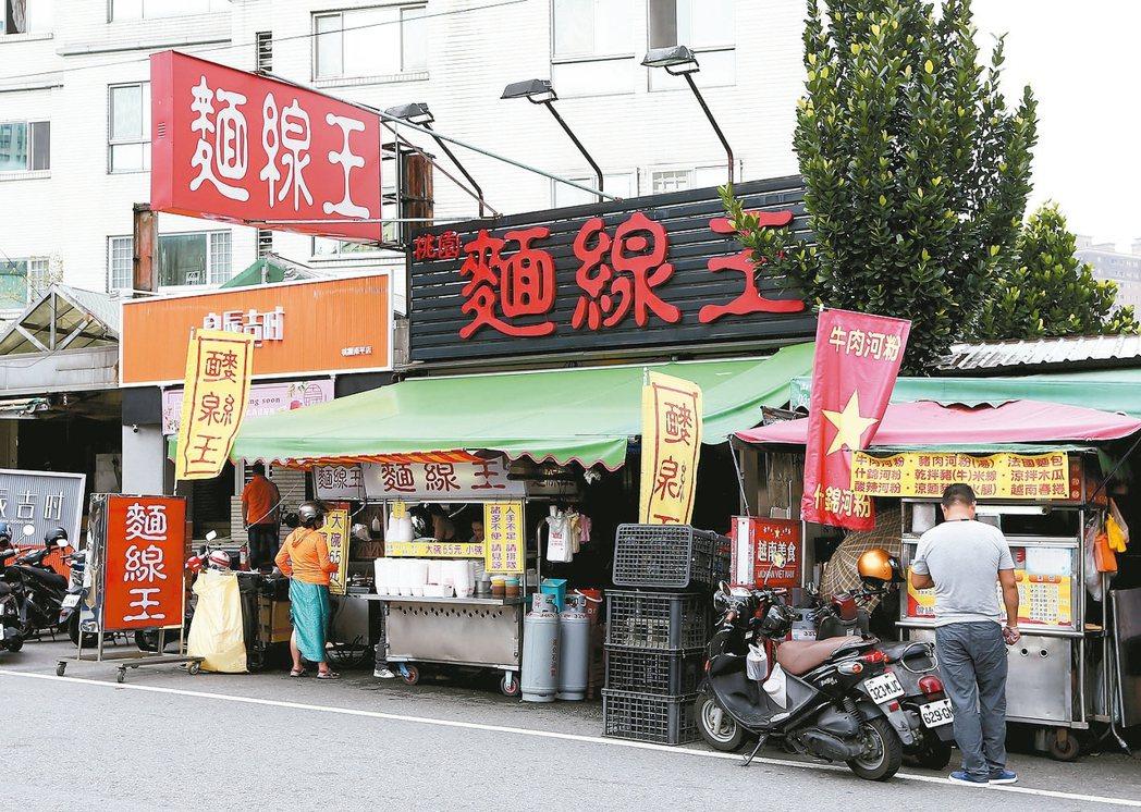 桃園市區同安街「麵線王」,為當地超人氣平民美食。 記者陳嘉寧/攝影