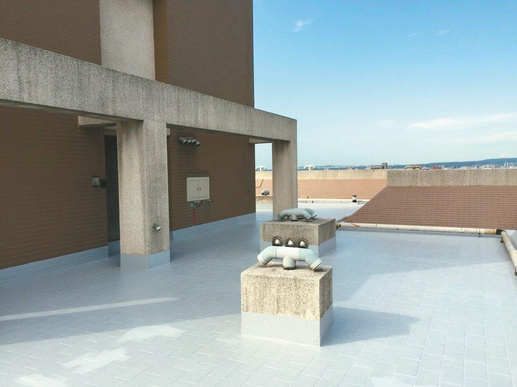 頂樓進行水工程塗裝,可減少天花板漏水狀況。 信義居家/提供