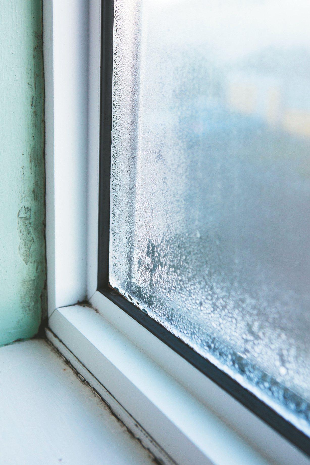如果是窗框滲水,可請鋁門窗師傅協助處理。 信義居家/提供