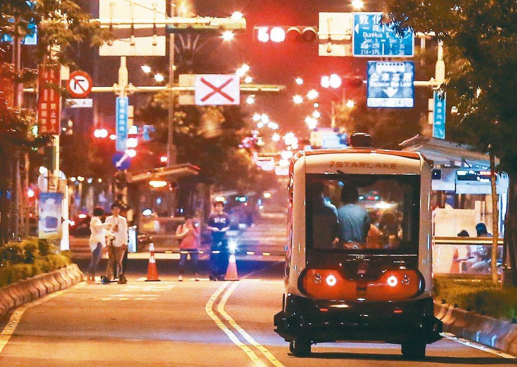 凌晨的北市信義路,封閉雙向公車專用道試行測試無人小巴。 記者鄭清元/攝影