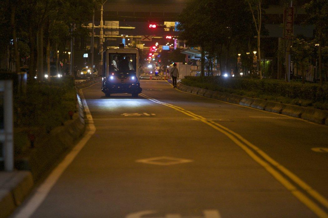 「在台北街頭,深夜緩緩進站的是無人駕駛的自駕小巴」將成為未來通勤者的具體寫照。 ...