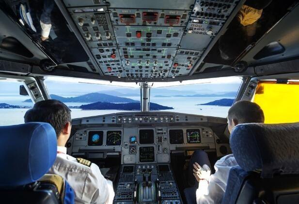 2009年法航A330客機失事,原因竟是副駕駛始終向後拽著駕駛桿不自知,導致飛機...