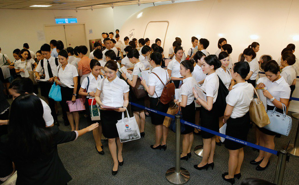 睽違兩年後,中華航空首次舉辦混合式的「大型航空人員招募」,上午在華航園區總部舉行...