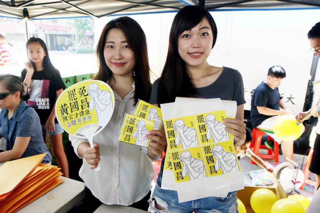 參加活動的楊小姐(左)表示,希望爸爸這個角色不要消失。記者王敏旭/攝影