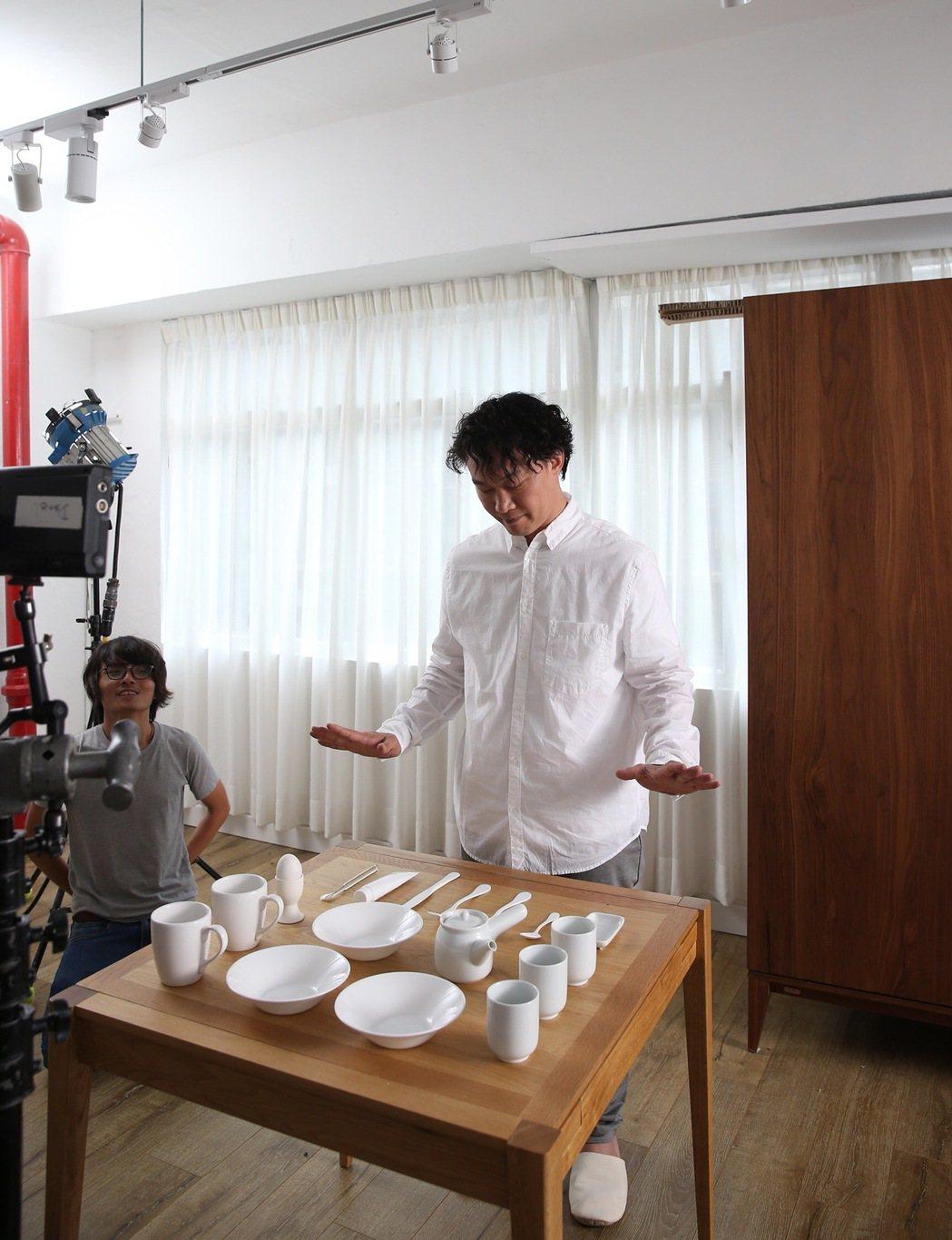 陳奕迅拍MV,正經又鬼馬。圖/環球提供