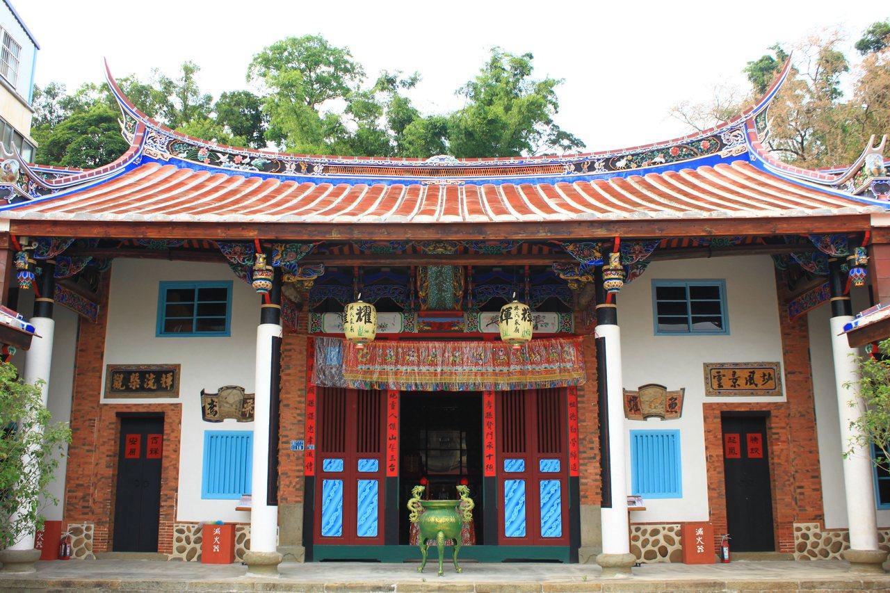 林氏家廟堂屋建築特別高聳,每間均開門由簷廊出入,形勢壯闊,屋身高聳壯闊,燕尾弧度...