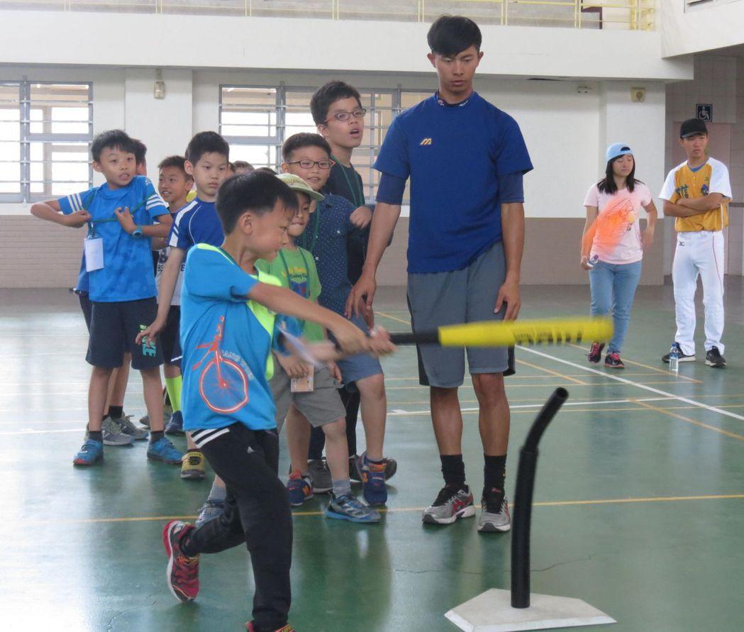 許多孩童熱中棒球,易因不當用力丟球揮棒受傷。記者周宗禎/攝影