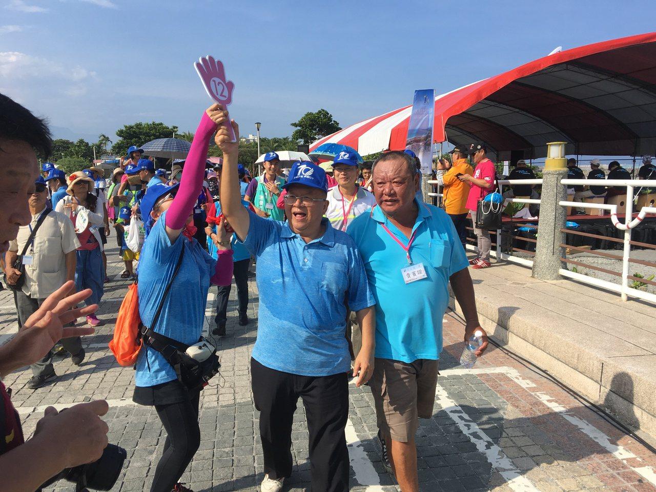 第九河川局長顏嚴光(左)帶領民眾將步行於美麗的海岸線。記者徐庭揚/攝影