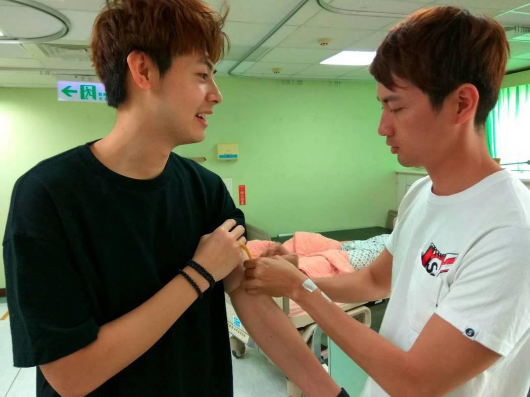 SpeXial-Teddy(左)、張捷接受醫療訓練,透過一起上課培養默契。圖/民