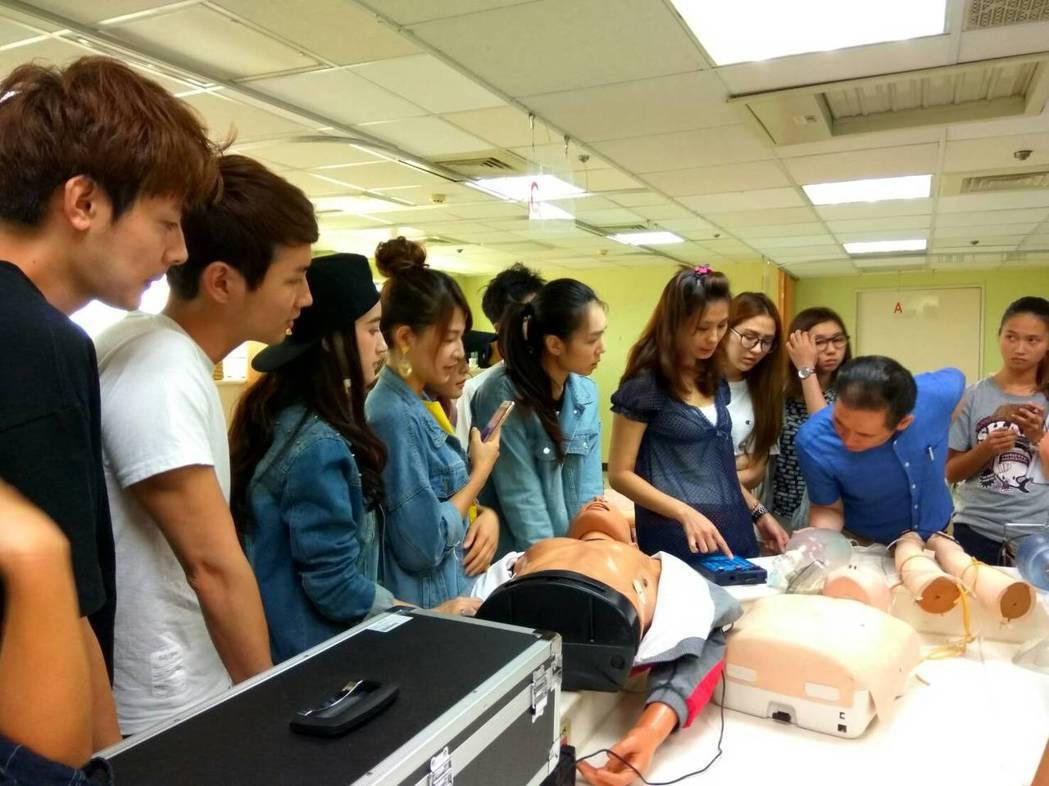 「實習醫生鬥格」開拍前,演員們接受基礎醫療訓練。圖/民視提供