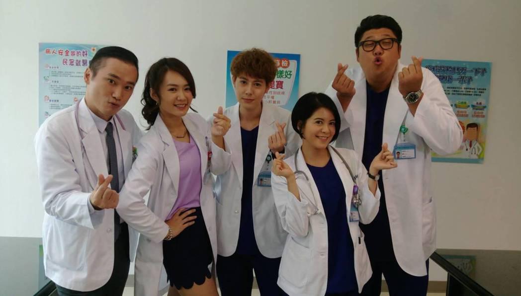 小應(左起)、李又汝、Teddy 、林柏妤、哈孝遠演出「實習醫生鬥格」。圖/民視...