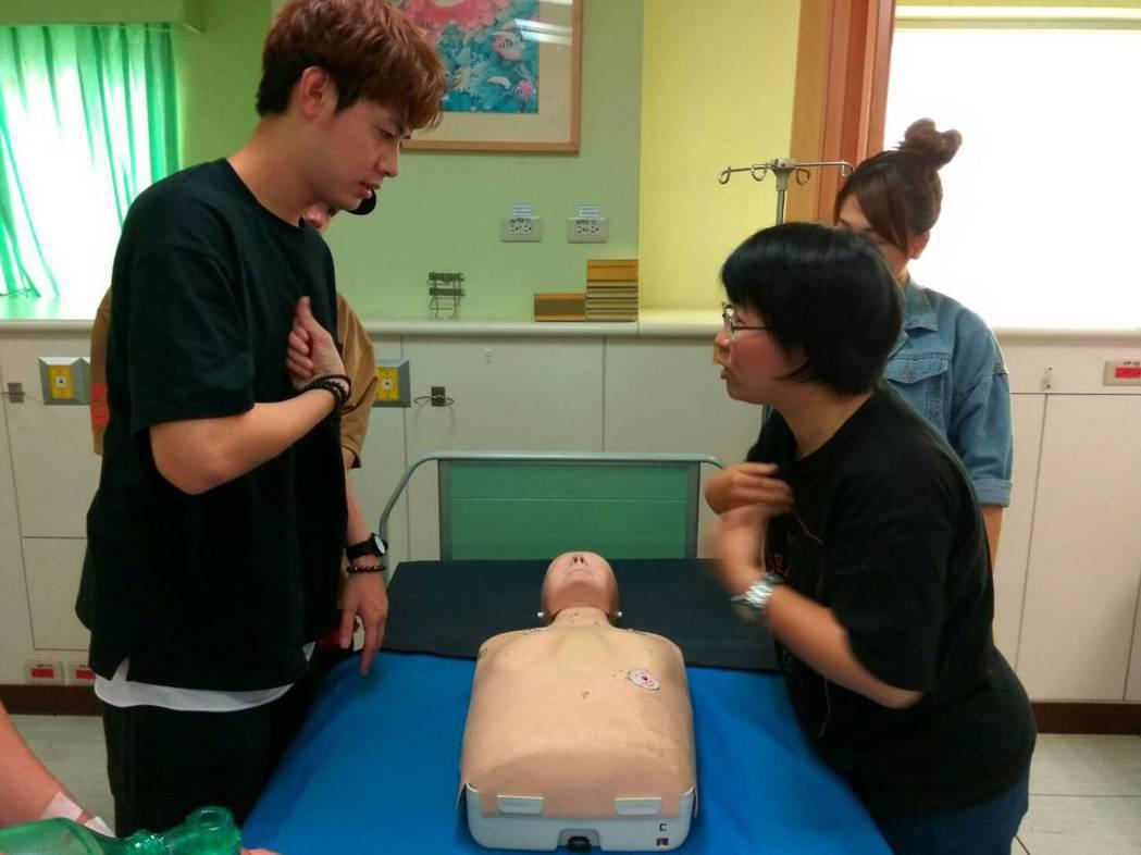 SpeXial-Teddy學CPR,認真聆聽模樣。圖/民視提