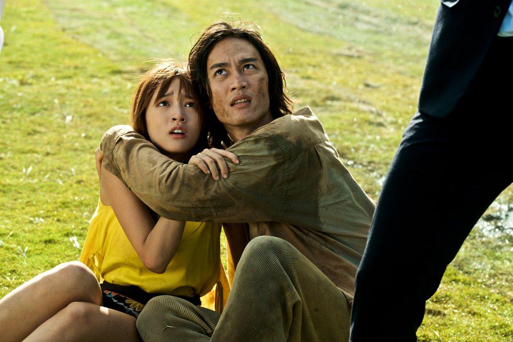李英宏(右)在「痴情男子漢」中與王淨苦戀。圖/牽猴子提供