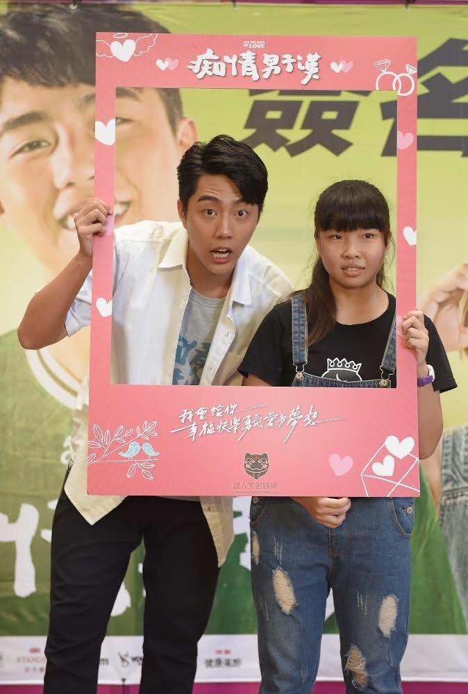 蔡凡熙(左)與粉絲甜蜜互動。圖/牽猴子提供