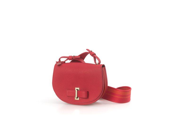 Le Mutin珊瑚紅葉脈紋路牛皮小型肩背包,售價98,300元。圖/DELVA...