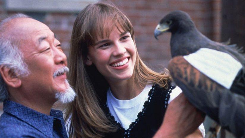 如今貴為兩屆奧斯卡影后的希拉蕊史旺(右),曾是「新小子難纏」主角。圖/摘自Den...