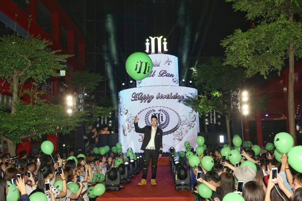 潘瑋柏於台北華納威秀舉辦全新專輯異類mv首映,唱片公司送上糕達三層樓超大LED蛋