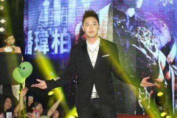 潘瑋柏於台北華納威秀舉辦全新專輯異類mv首映,唱片公司送上糕達三層樓超大LED蛋糕為潘瑋柏慶生。