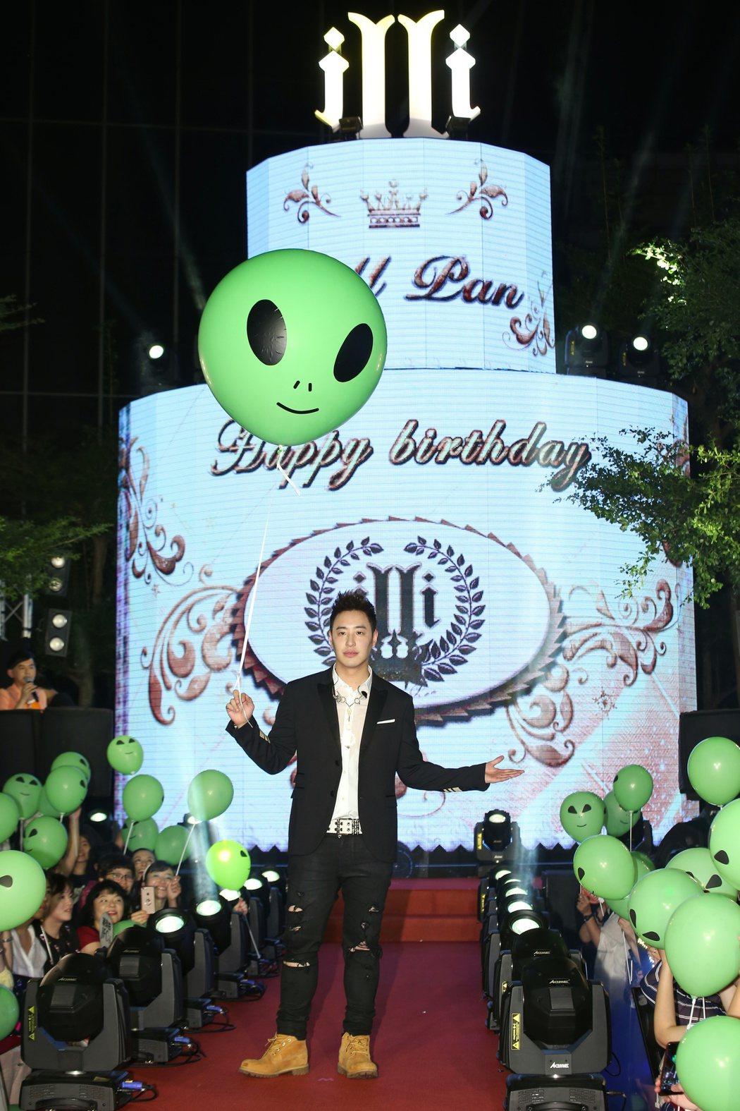 潘瑋柏於台北華納威秀舉辦全新專輯異類mv首映,唱片公司送上糕達三層樓超大LED蛋...