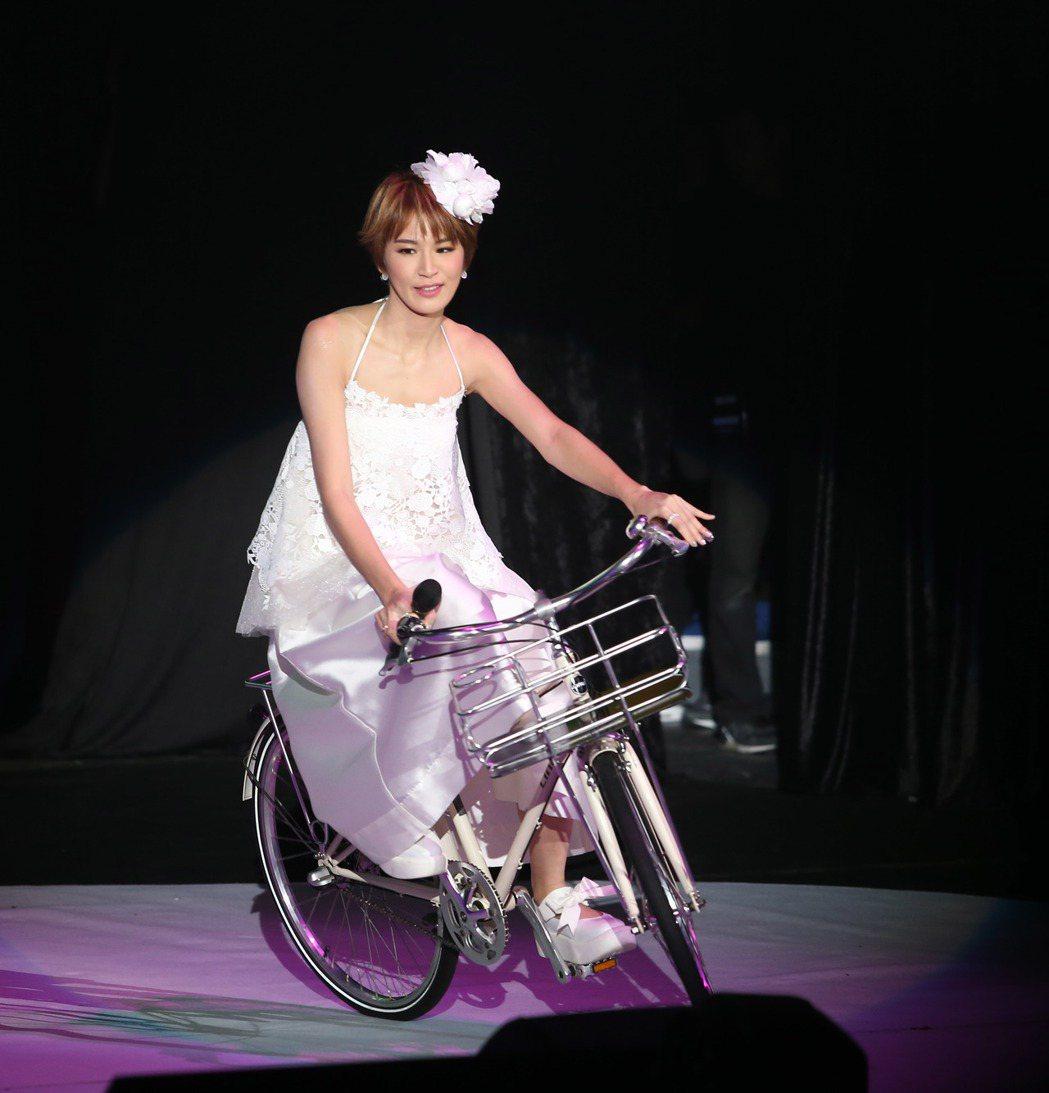 曾沛慈昨天在台北國際會議中心舉辦「我愛你」演唱會,以騎腳踏車的造型帥氣登場。記者...