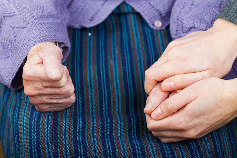 巴金森氏症病程依嚴重程度分成五期,隨著症狀變化,飲食、運動、居家環境等日常照護,...