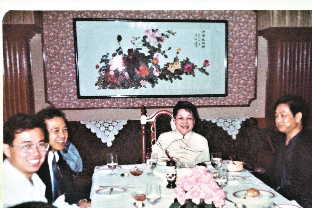 林海音先生(右二)於「羅曼蒂」宴請作家吃法國大餐。 羅青提供