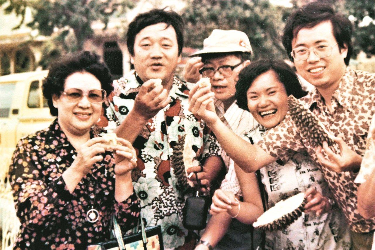 1979年,林海音先生(左一)率台北作家代表團訪問東南亞諸國,眾人大啖榴槤。 羅...