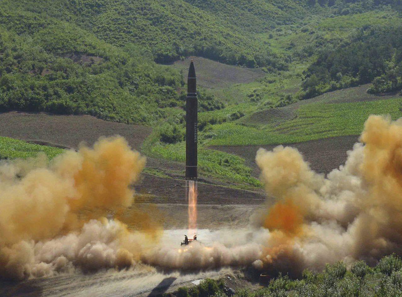 北韓上月4日首次試射「火星14型」新型洲際彈道飛彈。 美聯社