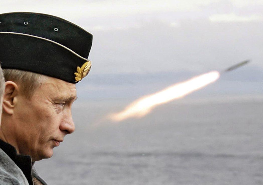 俄國總統普亭2012年視察海軍飛彈演習。 (路透)