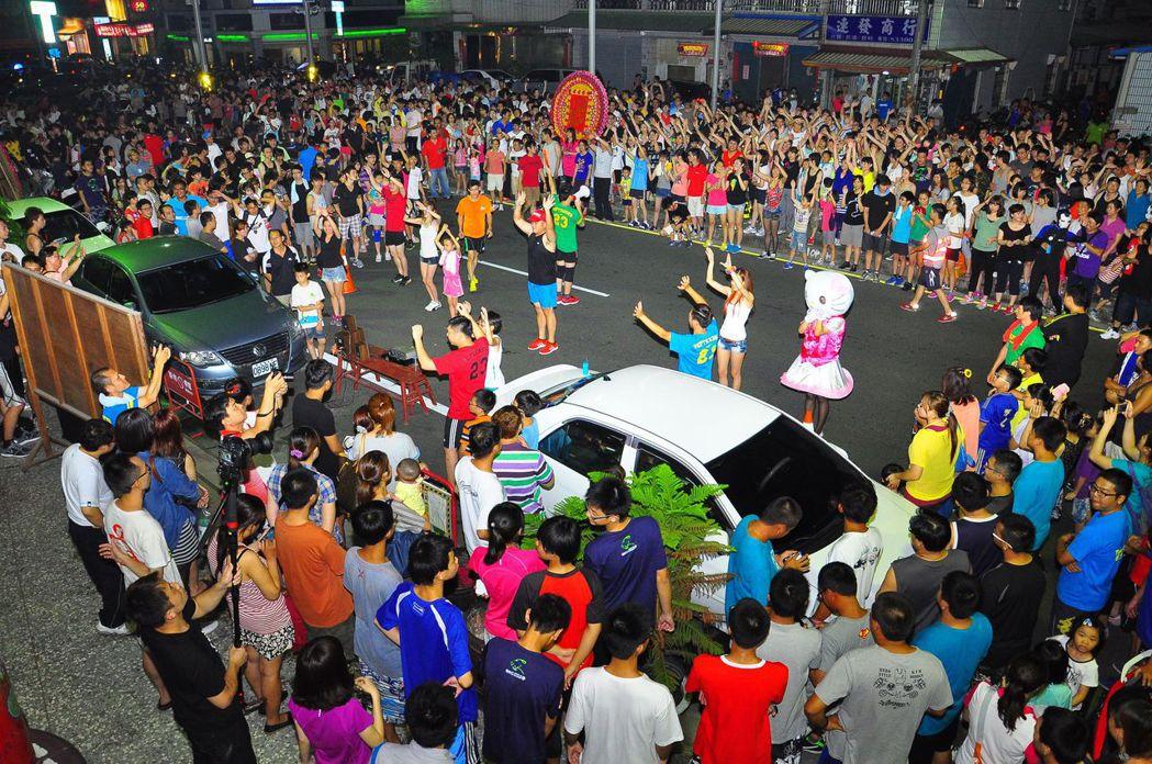 彰化縣員林市成千上百的夜跑者集合後先做熱身操,已成歷史回憶。 圖/報系資料照