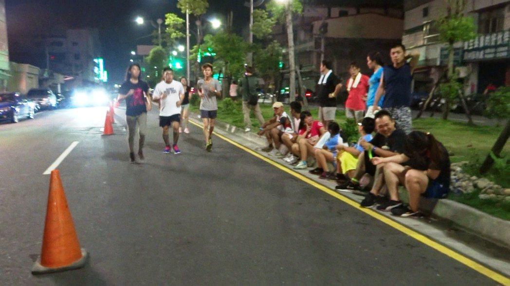 很多人怕熱和空污,會選擇夜跑。 圖/報系資料照