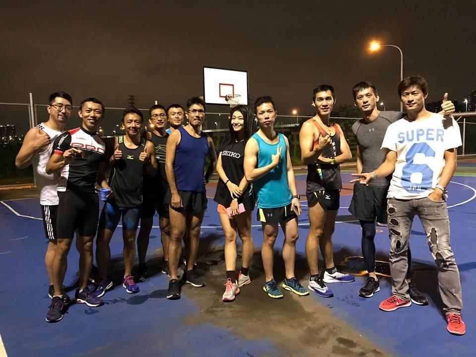 「超模夜跑」每周三晚上團練,以華中橋下河濱公園和中和烘爐地輪周進行。 圖/黃凱文...