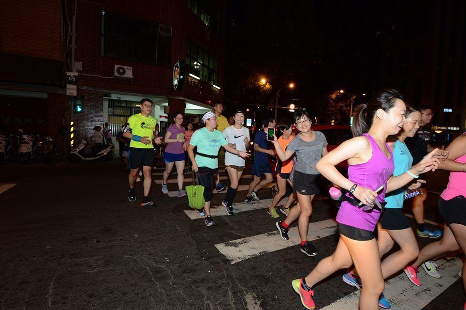 醫師認為夜晚空氣品質差,夜跑不利健康,建議夜跑者出門前先看空氣品質。 圖/街頭路...