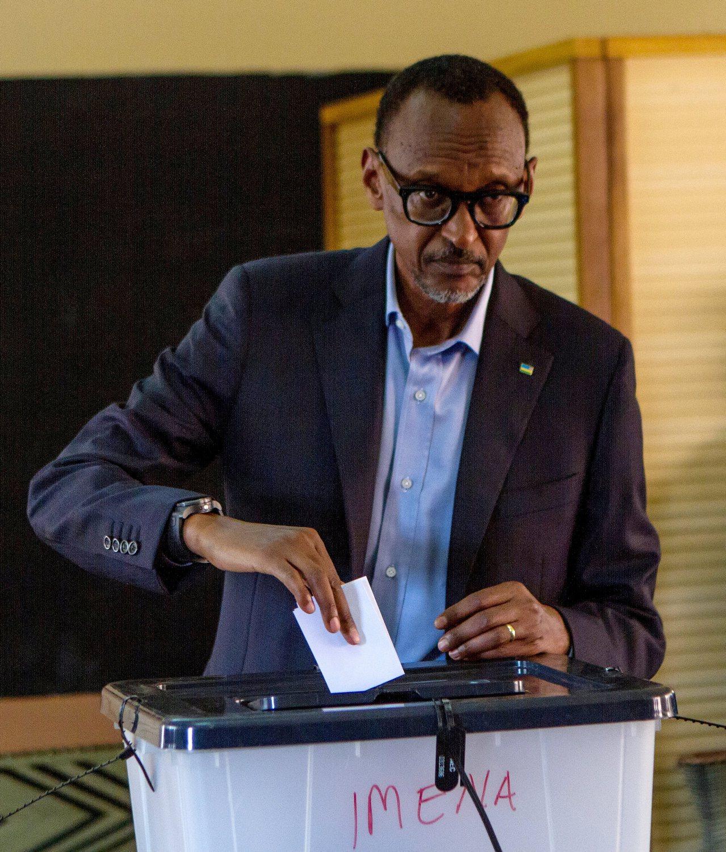 盧安達總統卡加米四日在首都基加利投下選票。路透