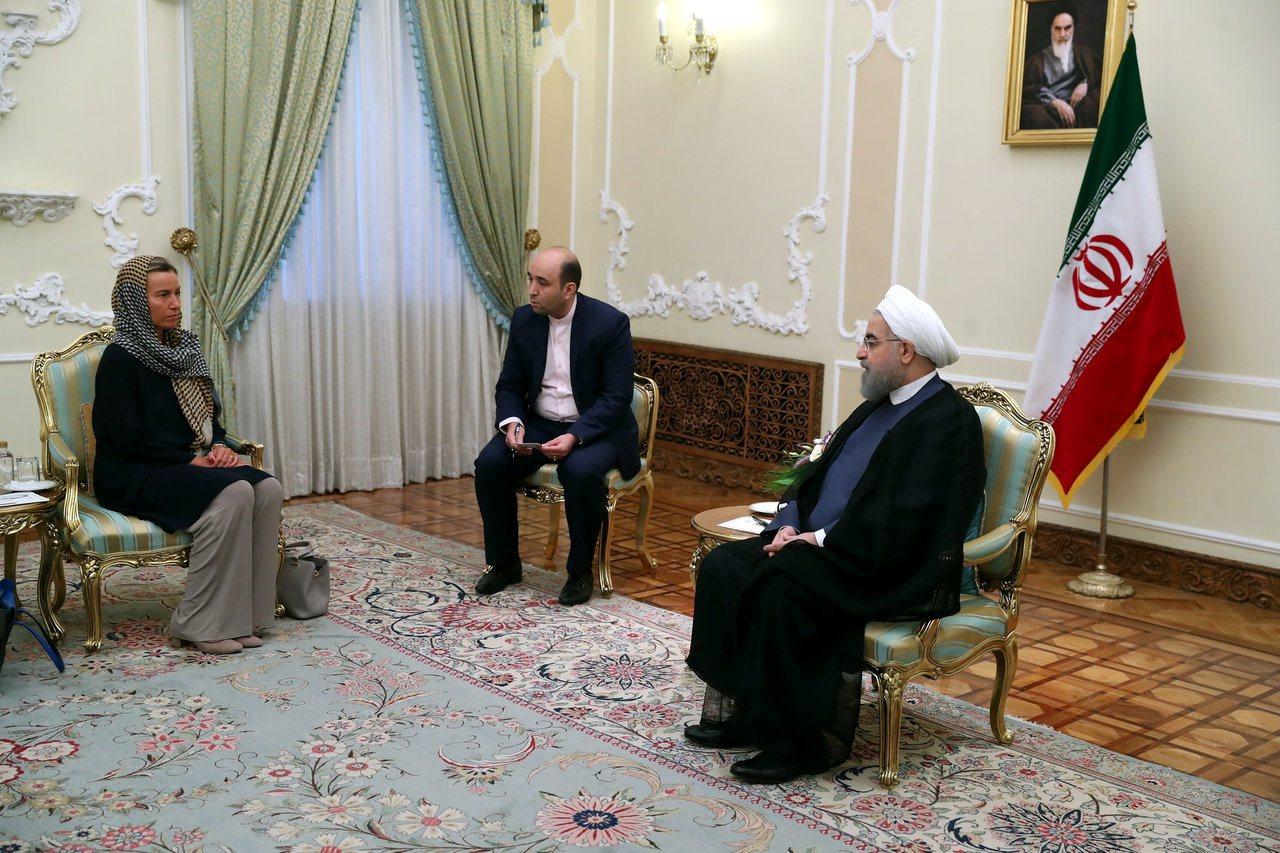 魯哈尼(右)第二任總統就職典禮開始之前,在德黑蘭會見歐盟外交和安全政策高級代表茉...