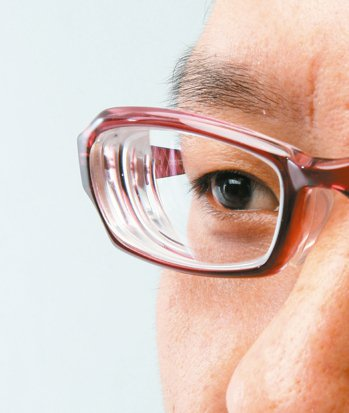 吸菸會產生自由基,加快人體的氧化與老化速度,更會影響眼球血流,使黃斑部受損。 報...