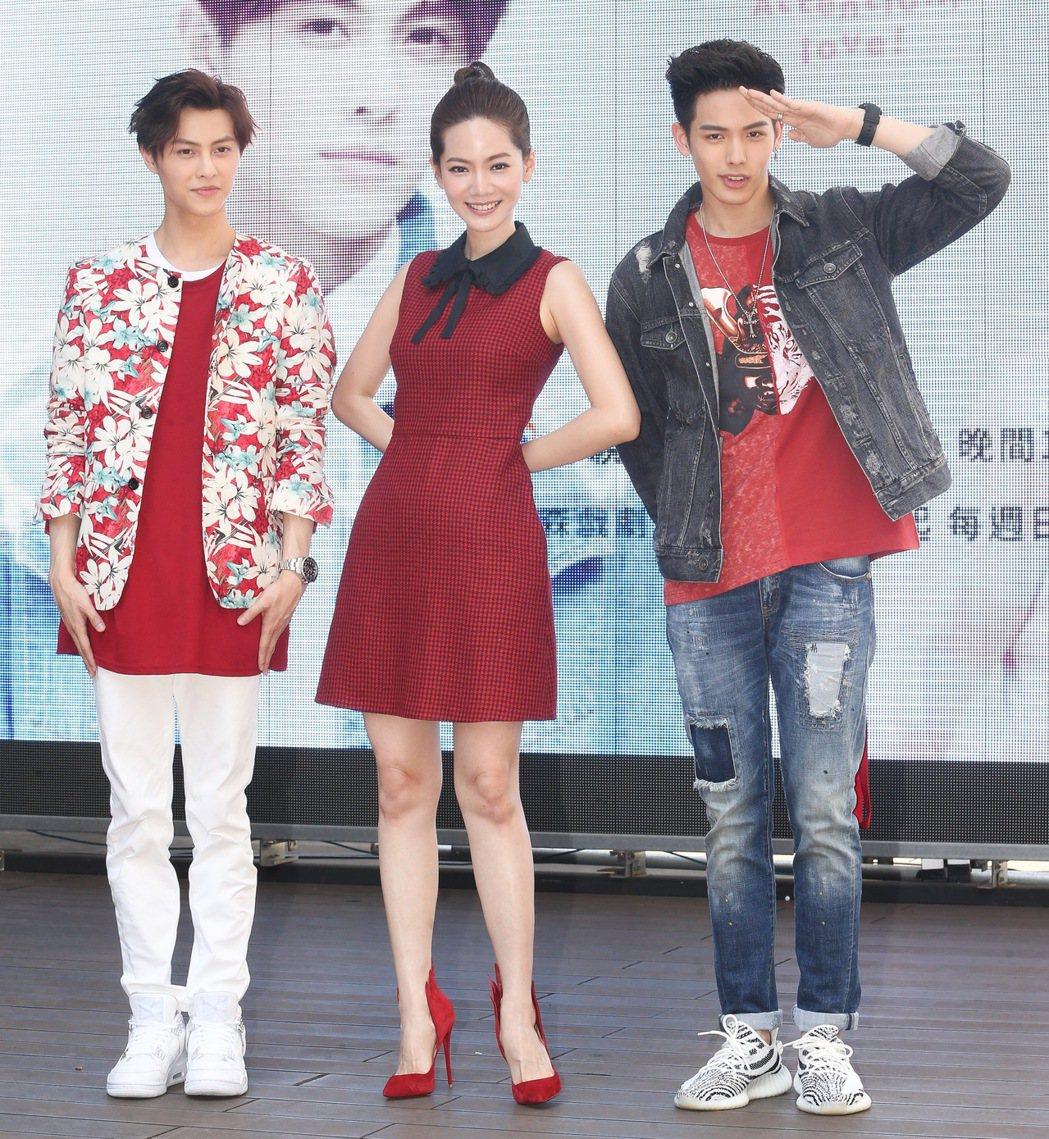 曾之喬(中)、邱勝翊(左)、王以綸(右)出席偶像劇「稍息立正我愛你」握手會。記者...