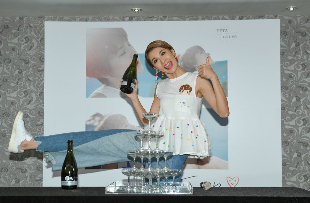 曾沛慈在慶功宴上開心倒酒。圖/福茂唱片提供