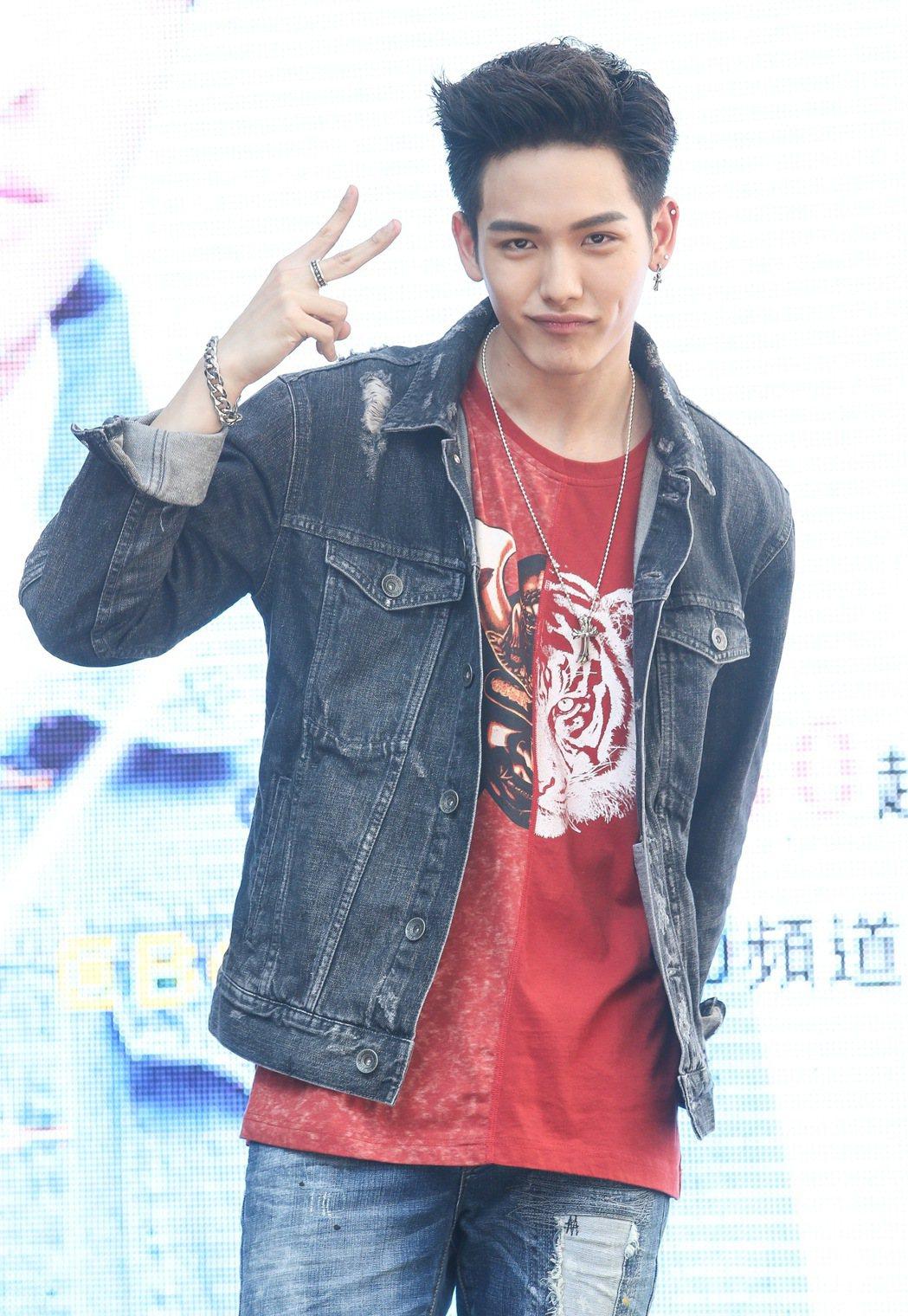 王以綸出席偶像劇「稍息立正我愛你」握手會。記者黃威彬/攝影