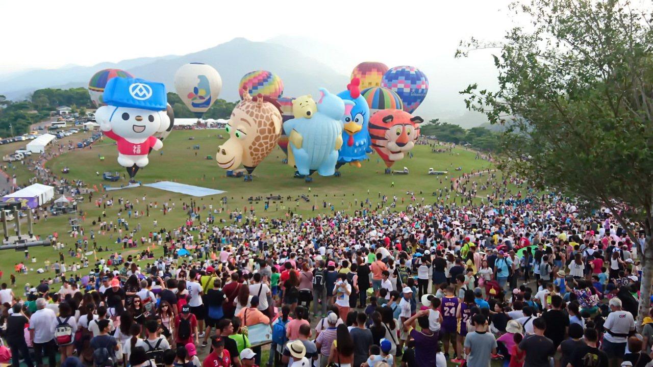 台東熱氣球嘉年華今天閉幕,吸引超過萬名遊客湧入鹿野高台追球。記者潘俊偉/攝影